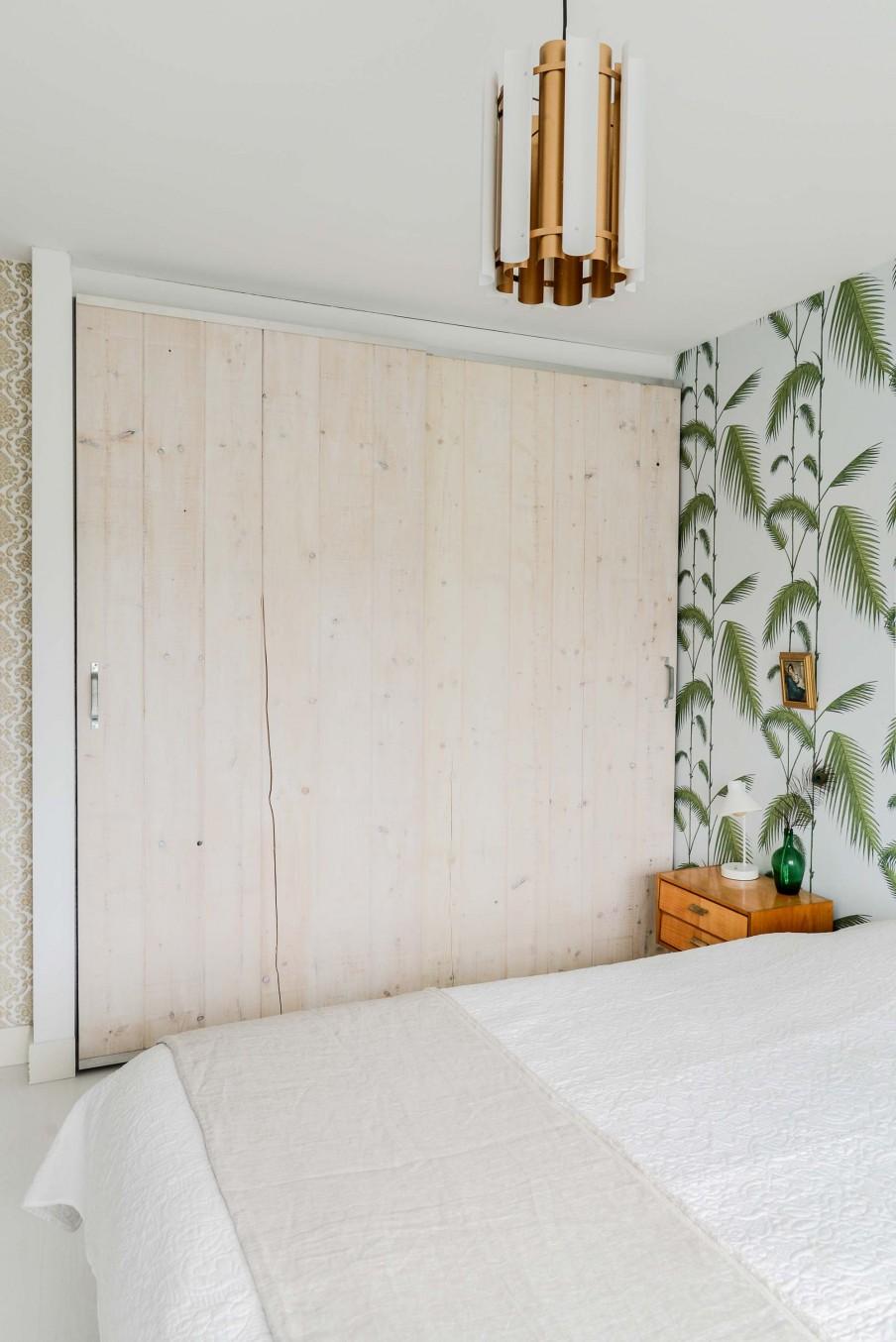 home-tour-vintage-chambre-tapisserie-palmier