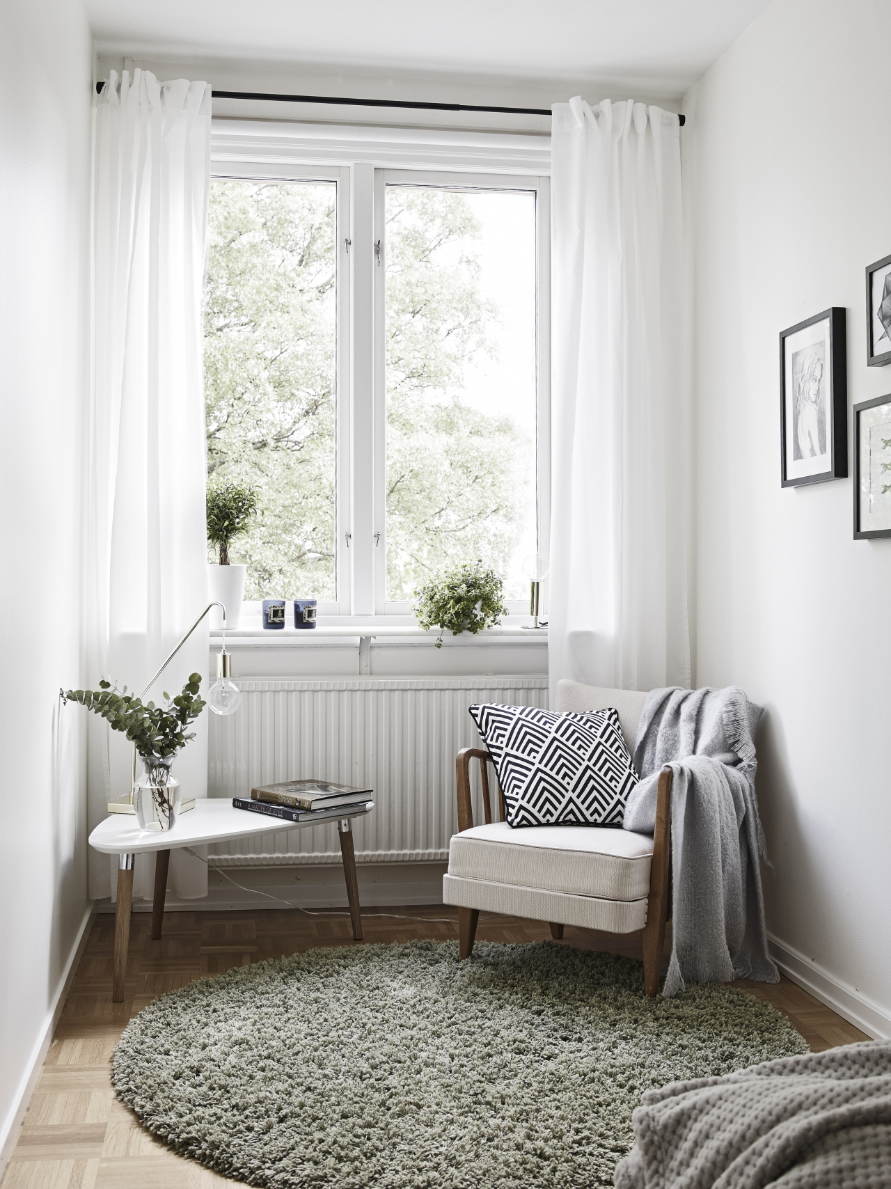 home-tour-coin-cosy-fauteuil-table-tripode-mademoiselle-claudine