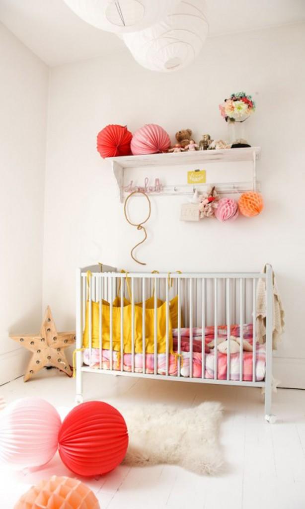 home-tour-maison-familiale-chambre-bébé-jaune-rouge-rose-mademoiselle-claudine