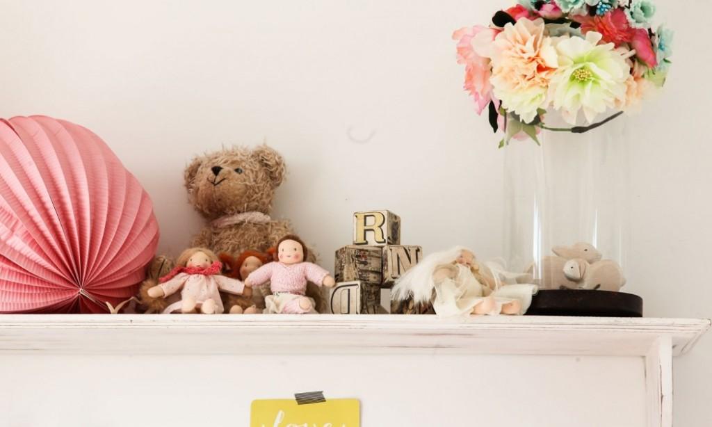 home-tour-maison-familiale-decoration-chambre-enfant-fille-étagère-mademoiselle-claudine