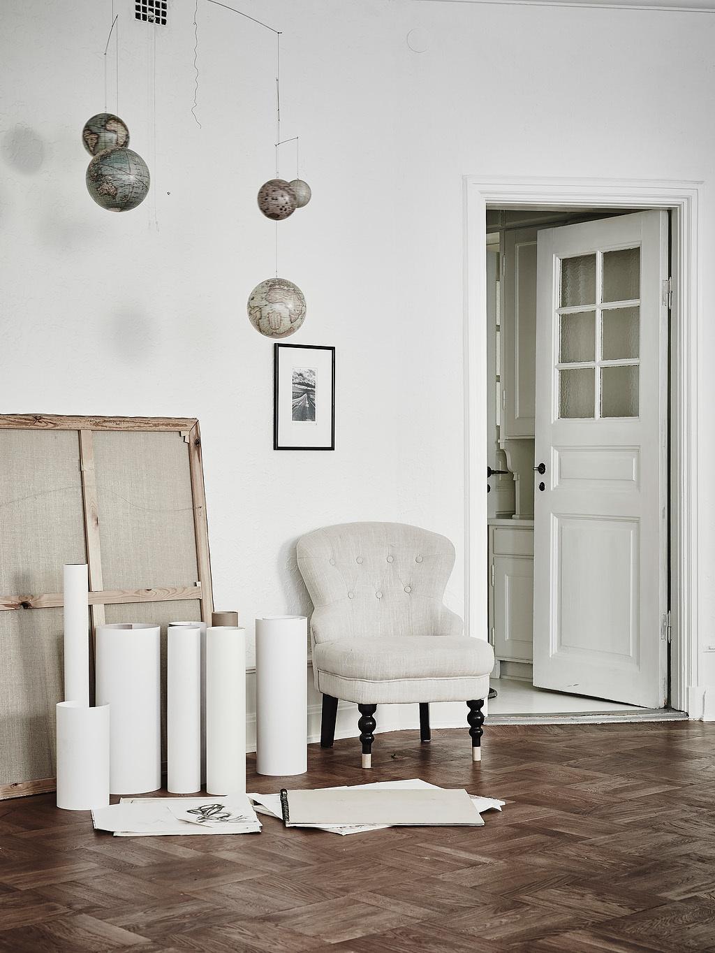 home-tour-splendide-salon-fauteuil-globe-teresstre-mademoiselle-claudine