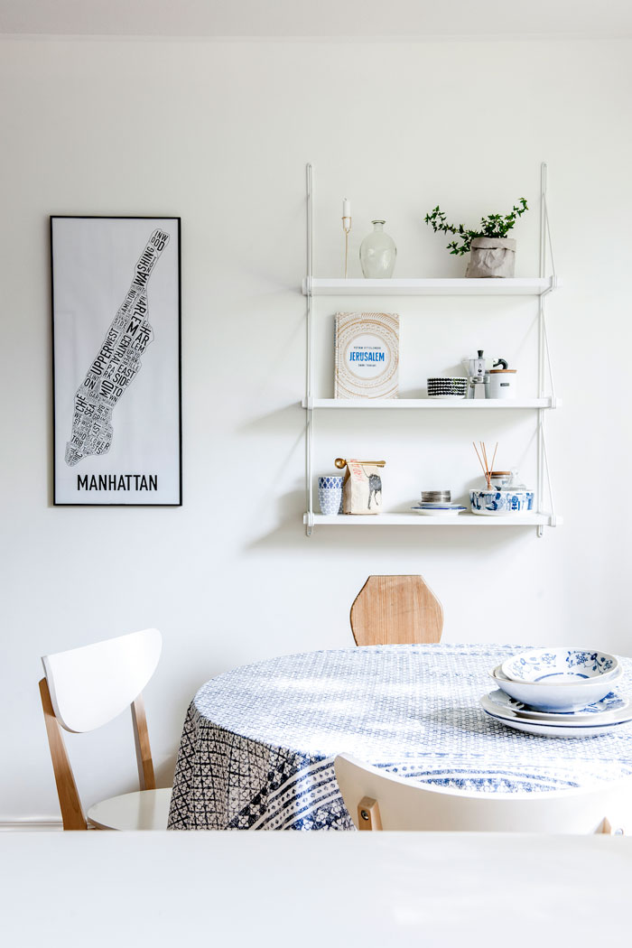 home-tour-scandinave-apaisant-cuisine-table-étagères-mamdeoiselle-claudine