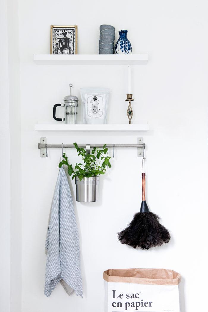 home-tour-scandinave-apaisant-cuisine-étagère-plueau-plante-madmeoiselle-claudine