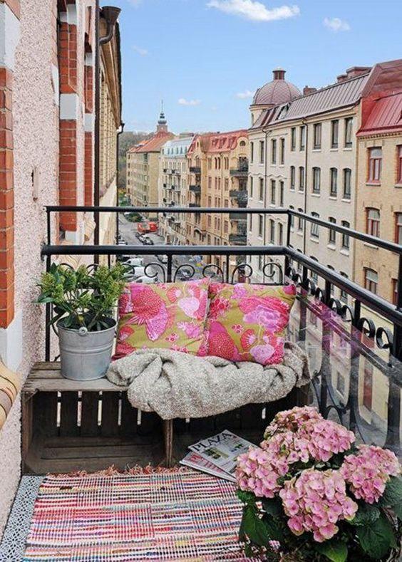 decoration-exterieur-recup-cagette-assise-balcon-mademoiselle-claudine