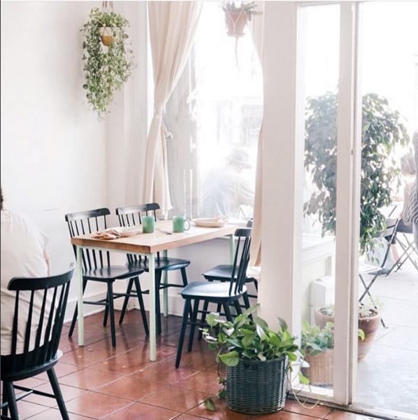 home-tour-cafe-la-kitchen-mouse-vitrine-madmeoiselle-claudine