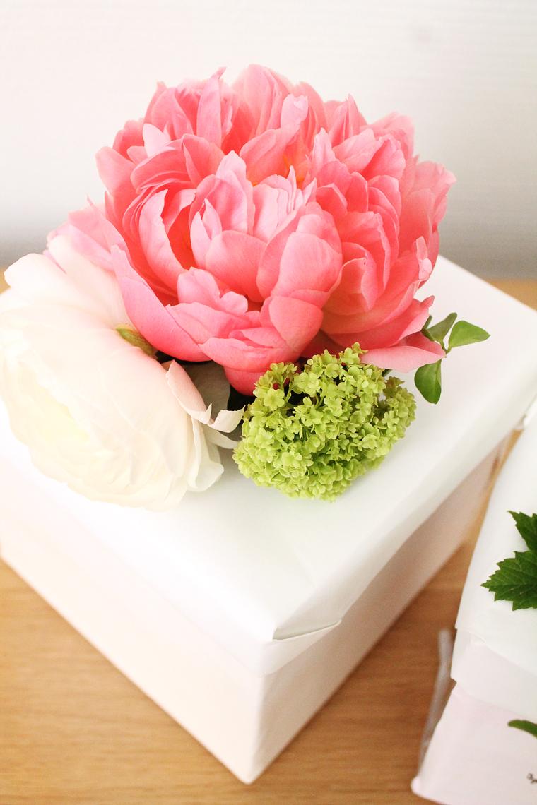diy-boite-cadeau-fleurie-pivoine-renoncule-mademoiselle-claudine