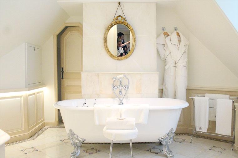 visite-le-meurice-palace-parisien-salle-de-bain-baignoire-mademoiselle-claudine-