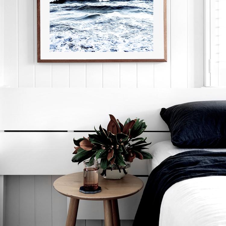 home-tour-maison-autralienne-scandinave-chambre-bleue-table-de-nuit-mademoiselle-claudine