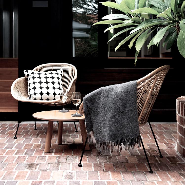 home-tour-maison-autralienne-scandinave-exterieur-detante-fauteuil-rotin-mademoiselle-claudine