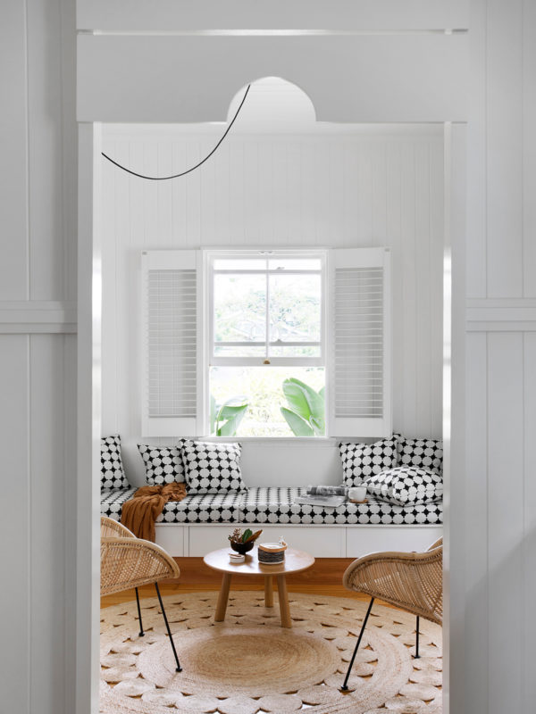 home-tour-maison-australienne-scandinave-salon-fauteuil-rotin-mademoiselle-claudine