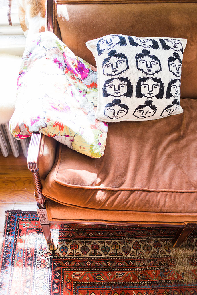 home-tour-appartement-new-york-canape-cuir-coussin-originaux-mademoiselle-claudine