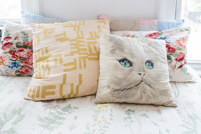 home-tour-appartement-new-york-coussin-chat-kitsch-madmeoiselle-claudine