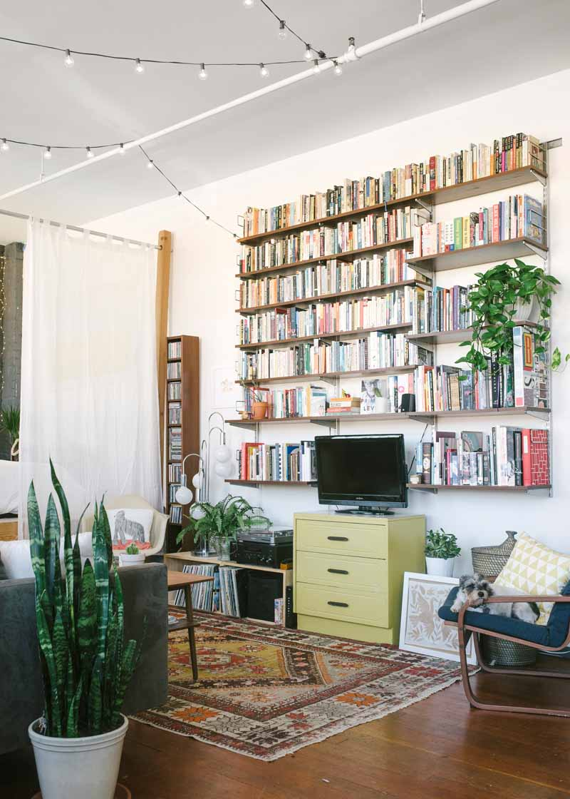 home-tour-loft-californien--salon-vintage-bibliotheque-mademoiselle-claudine