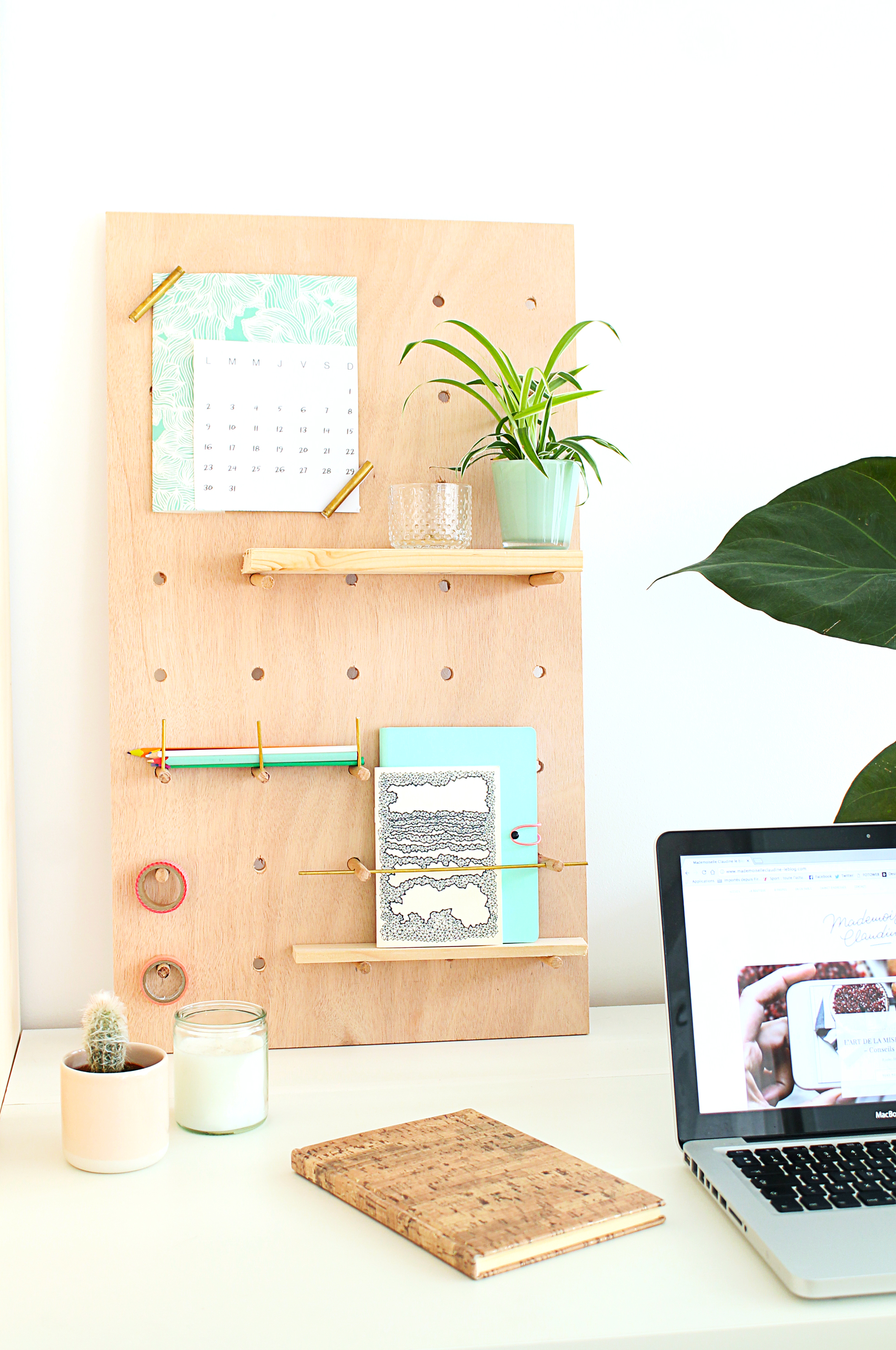 diy pegboard pour bureau en contreplaque mademoiselle claudine le blog. Black Bedroom Furniture Sets. Home Design Ideas