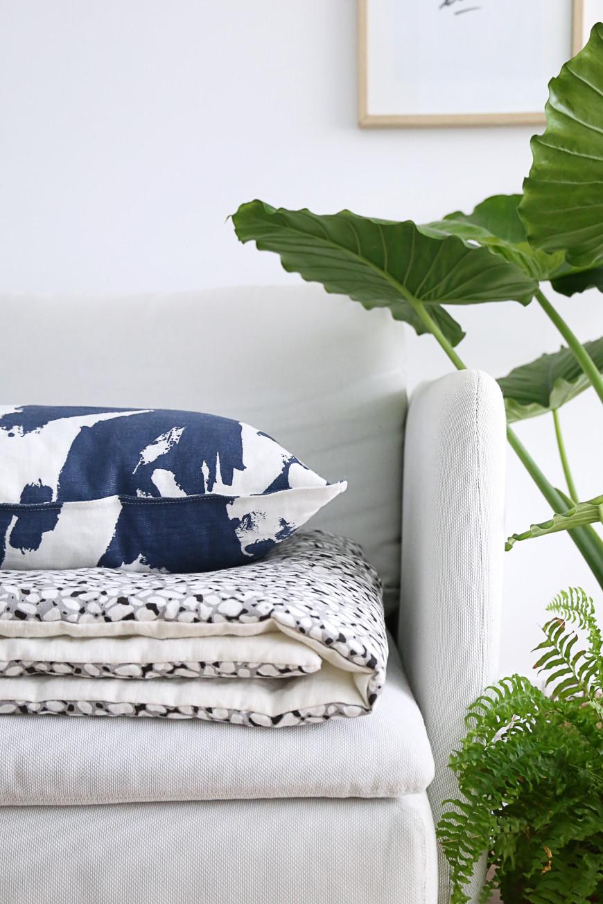 toilesdemayenne-coussin-bleu-edredon-gris-imprime-1806bytoilesdemayenne-mademoiselleclaudine-blog-lifestyle-decoration-paris